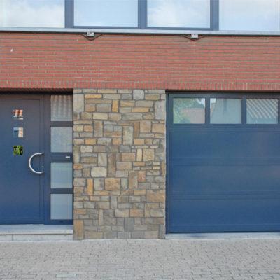 Sectionaalpoort in aluminium kaders en sandwichpanelen en aluminium voordeur in partnerlook